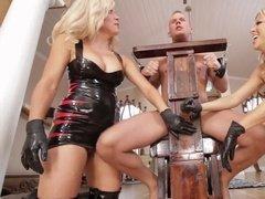 Две госпожи играют с членом прикованного раба