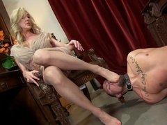 Покорный раб вылизывает ноги сексуальной госпоже
