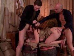Два господина жестко тестируют дырки новой рабыни