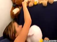 Девушка играется со своими мягкими игрушками