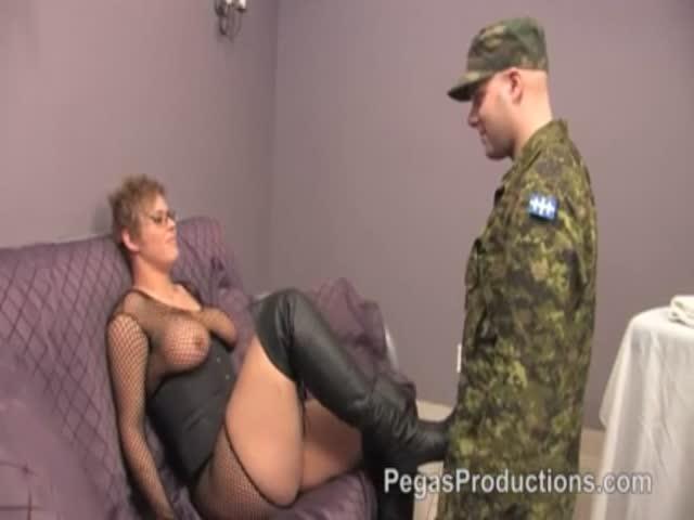 отимел начальницу солдат