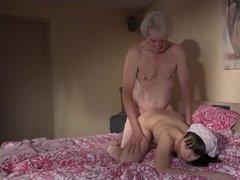Внучка ублажает седого деда с толстым членом между ног