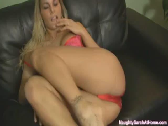 Порно мастурбация на кожаном диване