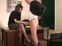 В обязанности этой секретарши входит дрочка члена своего боса